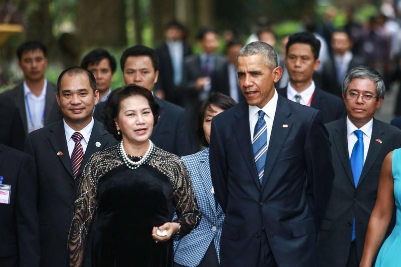 Tổng thống Mỹ Obama và Chủ tịch Quốc hội Việt Nam Nguyễn Thị Kim Ngân thăm Nhà sàn Bác Hồ