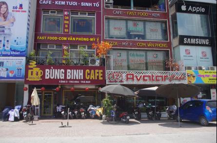Có hay không quán cà phê  lấn chiếm vỉa hè, cản trở giao thông?