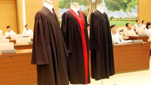 Thí điểm mặc áo choàng tại một số tòa