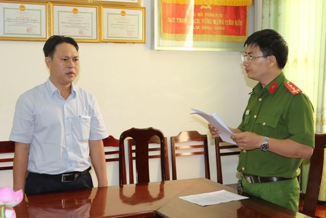 Nguyên Phó chánh Thanh tra Giao thông Cần Thơ Dương Minh Tâm nghe đọc quyết định khởi tố bị can