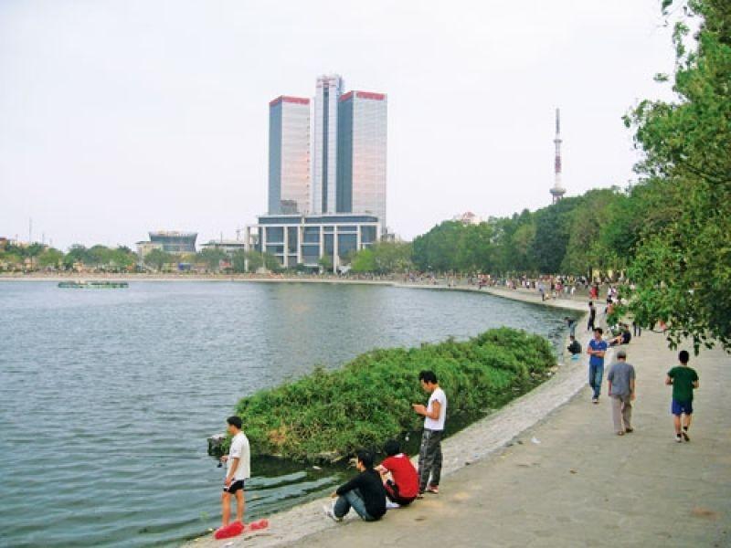 Đại diện chủ đầu tư Việt Hưng đề xuất lấp 1ha hồ Thành công để xây nhà tái định cư.