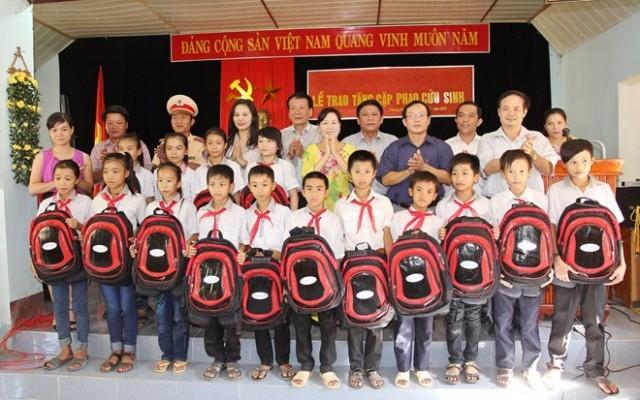 Tập đoàn Tân Hoàng Minh trao tặng 100 cặp-phao cứu sinh cho học sinh vùng lũ Tuyên Hóa, Quảng Bình.