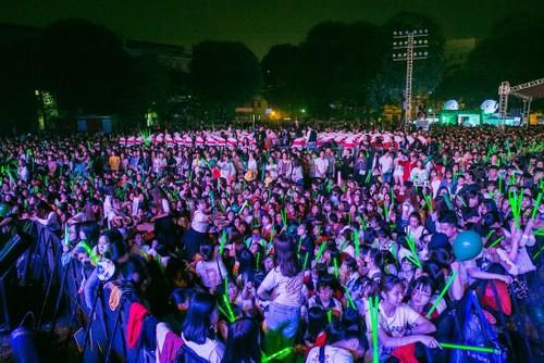 19h30, ngoài khu vực VIP, khán đài đã được phủ kín.
