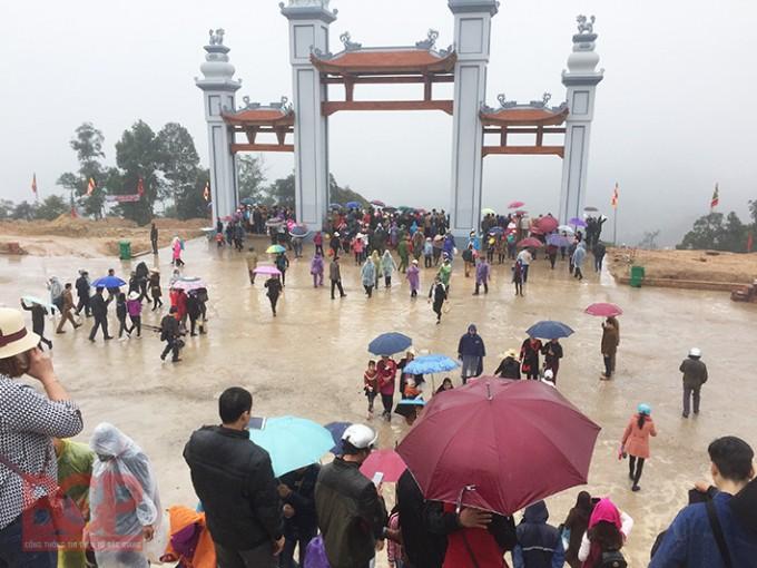 Không quản thời tiết, đông đảo du khách hành hương về chùa Hạ Tây Yên Tử. Ảnh: BGP/Diệu Hoa.