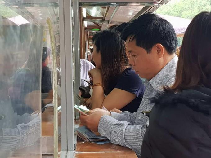 Người đàn ông này phải chi tiền triệu để mua vé cho cả gia đình 25 người vào xem lễ hội, ông cho rằng mức phí 40 nghìn là quá cao. Ảnh Vietnamnet.