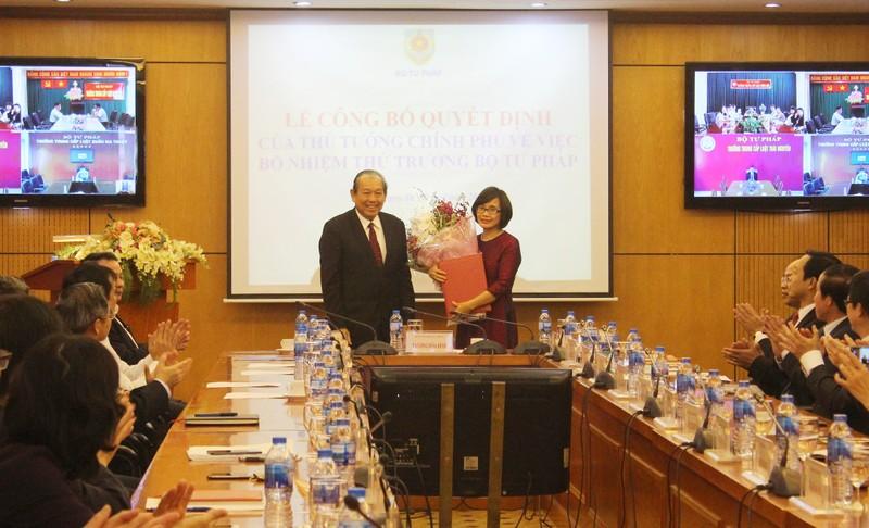 Phó Thủ tướng thường trực Chính Phủ Trương Hòa Bình trao Quyết định bổ nhiệm cho bà Đặng Hoàng Oanh