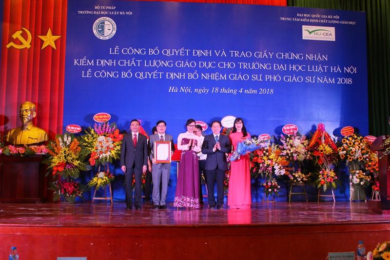 Lãnh đạo Trường Đại học Luật Hà Nội nhận Giấy chứng nhận kiểm định chất lượng giáo dục