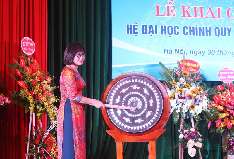 Thứ trưởng Bộ Tư pháp Đặng Hoàng Oanh đánh trống khai giảng năm học mới tại Trường Đại học Luật Hà Nội sáng nay.