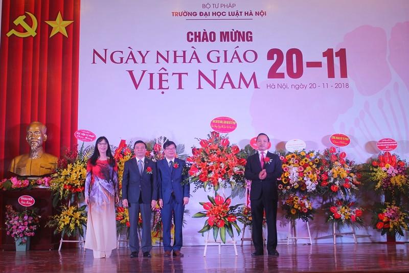 Thứ trưởng Trần Tiến Dũng tặng lẵng hoa tươi thắm tới Ban Giám hiệu Trường Đại học Luật Hà Nội