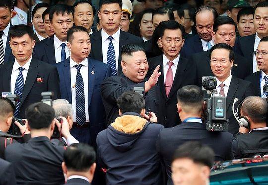 Dàn cận vệ chạy theo xe, đưa Chủ tịch Kim Jong-un rời ga Đồng Đăng - Ảnh 3.