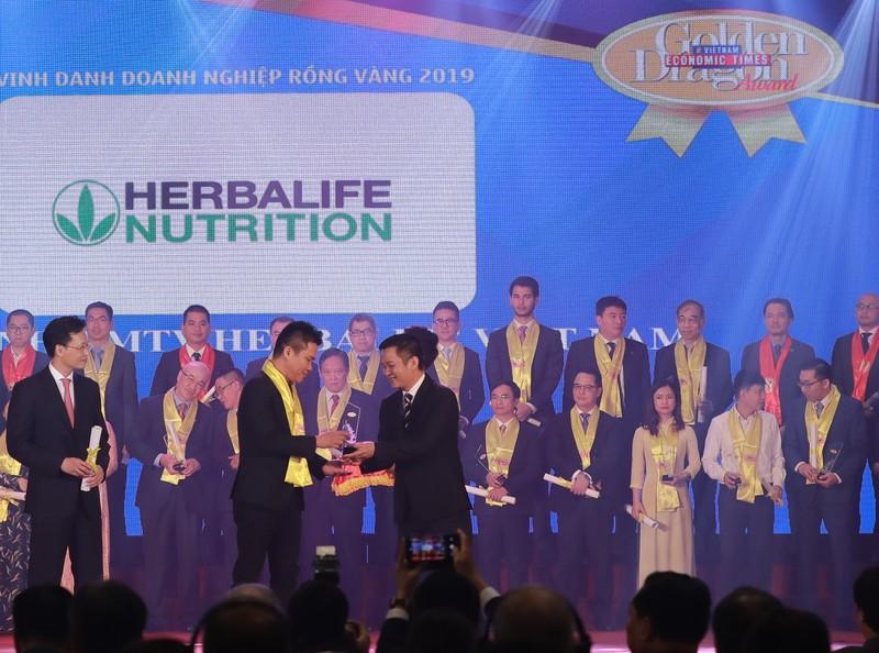 """Herbalife tiếp tục được trao danh hiệu """"Thương hiệu thực phẩm bổ sung dinh dưỡng hàng đầu"""" tại Giải thưởng Rồng Vàng năm 2019"""