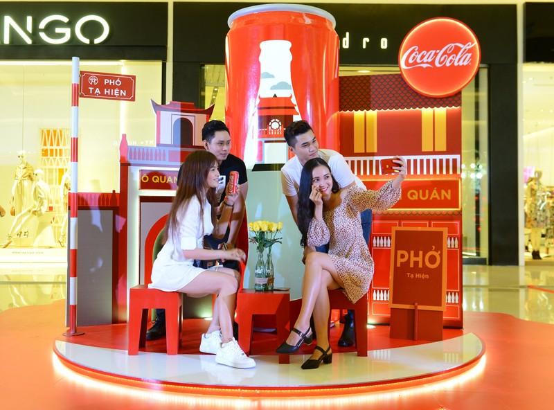 """Triển lãm ra mắt bộ 6 lon đặc biệt """"Việt Nam tôi yêu, Coca - Cola tôi yêu"""""""