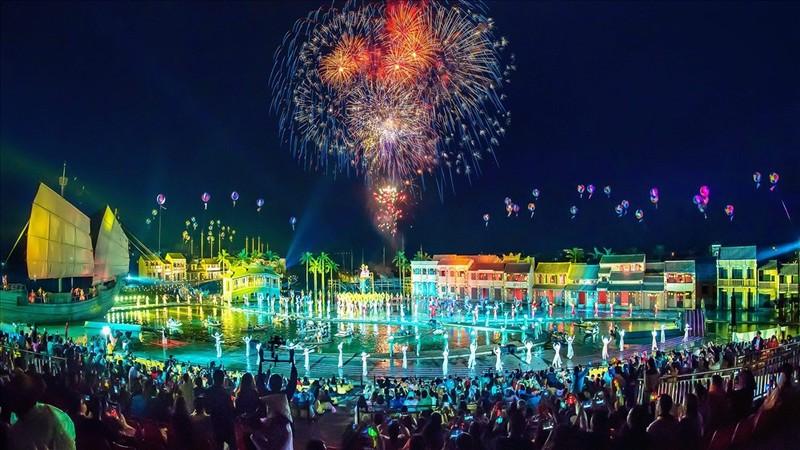 """Hơn 3000 du khách """"đội mưa"""" đón giao thừa ở Công viên Ký ức Hội An"""
