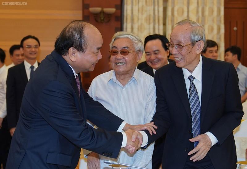 Thủ tướng trò chuyện với các đại biểu dự Hội nghị