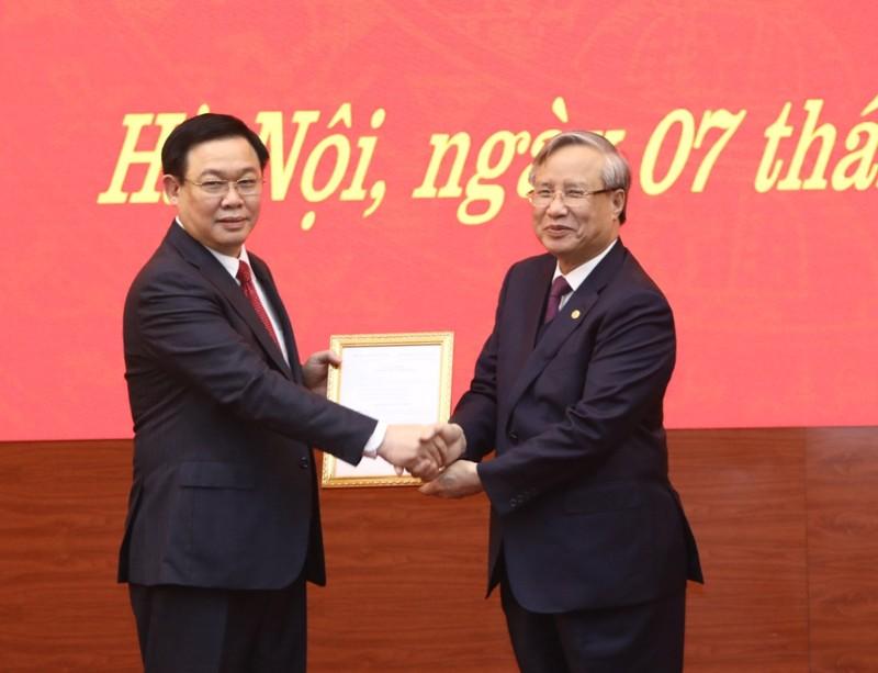 Thường trực Ban Bí thư Trần Quốc Vượng (bên phải) trao Quyết định của Bộ Chính trị phân công Phó Thủ tướng Vương Đình Huệ (bên trái) làm Bí thư Thành ủy Hà Nội nhiệm kỳ 2015-2020