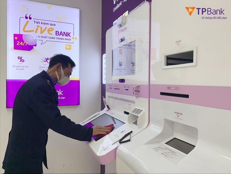 TPBank LiveBank tăng cường việc khử trùng LiveBank đảm bảo an toàn trong mùa dịch Covid-19