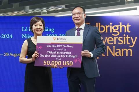 Ông Khúc Văn Họa, Phó Tổng giám đốc TPBank trao tặng học bổng cho trường Fulbright Việt Nam tại lễ khai giảng.