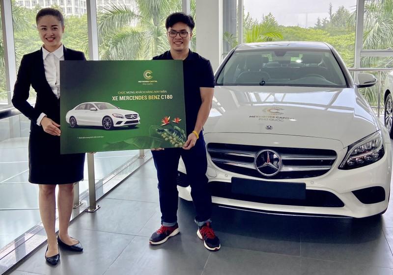 Đại diện kinh doanh dự án Meyhomes Capital Phú Quốc trao ô tô cho khách hàng