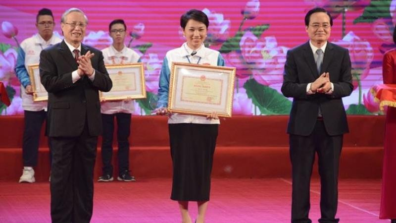 """Ủy viên Bộ Chính trị, Thường trực Ban Bí thư Trần Quốc Vượng và Bộ trưởng Bộ GDĐT Phùng Xuân Nhạ trao giải Nhất cuộc thi """"Tuổi trẻ học tập và làm theo tư tưởng, đạo đức, phong cách Hồ Chí Minh"""" năm 2020."""