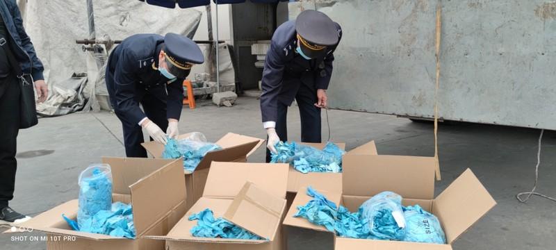 Lô hàng găng tay đã qua sử dụng của Công ty TNHH Ngọc Diệp bị Hải quan Lạng Sơn phát hiện.