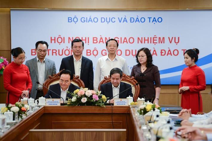 Nguyên Bộ trưởng Phùng Xuân Nhạ và Bộ trưởng Nguyễn Kim Sơn ký biên bản chuyển giao nhiệm vụ Bộ trưởng Bộ Giáo dục và Đào tạo