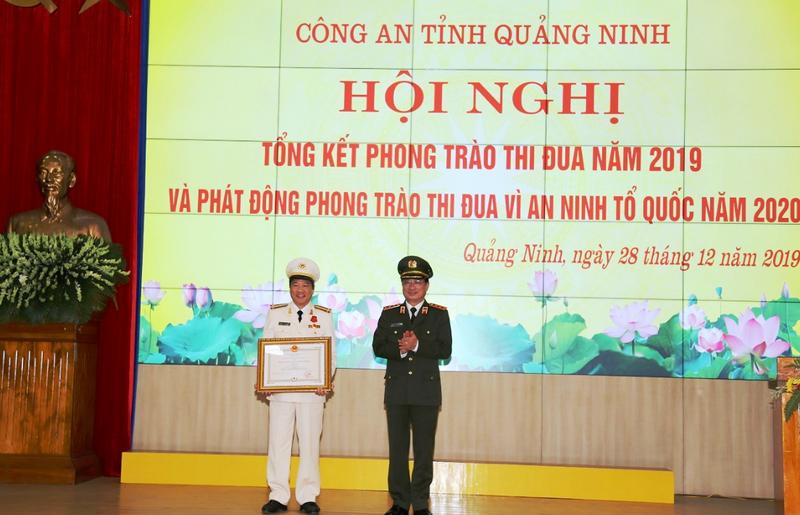 Giám đốc công an tỉnh Quảng Ninh nhận Huân chương Chiến công Hạng Nhì