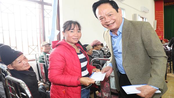 Doanh nhân Đào Hồng Tuyển trao quà cho hộ nghèo tại phường Tuần Châu, TP Hạ Long