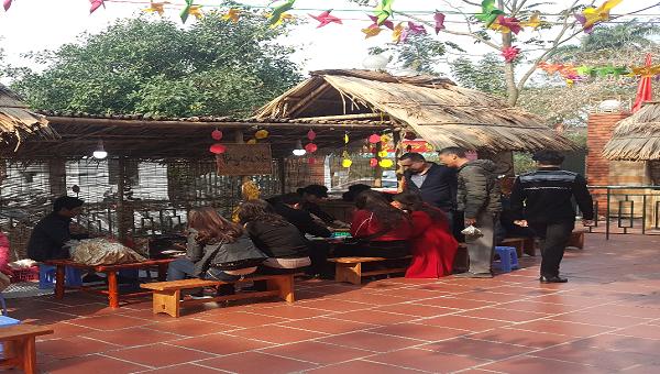 Nhiều du khách thích thú khi được thưởng thức món bánh cuốn tại chợ Tết.