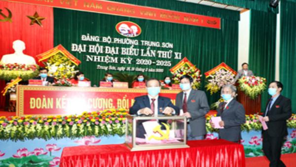 Các đại biểu bỏ phiếu bầu Ban Chấp hành Đảng bộ phường Trung Sơn nhiệm kỳ 2020- 2025.