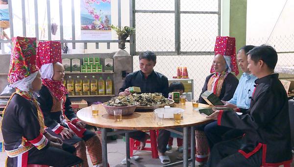 Cán bộ Hội Nông dân xã Đồng Văn, huyện Bình Liêu (áo xanh) đang trao đổi, phổ biến cho các hội viên về đăng ký nhãn hiệu sản phẩm OCOP.