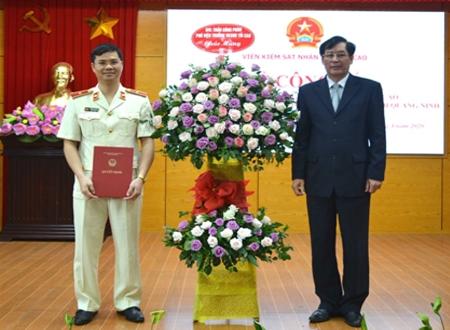 Phó Viện trưởng VKSND tối cao Trần Công Phàn trao Quyết định và tặng hoa chúc mừng đồng chí Hoàng Anh Tuyên.