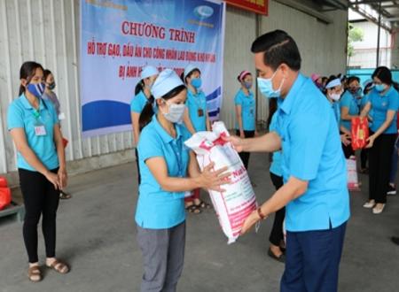 Ninh Bình trao quà hỗ trợ công nhân lao động gặp khó khăn do dịch Covid-19