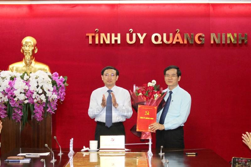 Bí thư, Chủ tịch HĐND tỉnh Nguyễn Xuân Ký, trao quyết định cho đồng chí Vũ Quyết Tiến. Ảnh: baoquangninh.vn