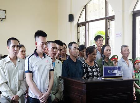 """16 bị cáo phải vào tù vì ném """"bom xăng"""" vào lực lượng cưỡng chế ở Vân Đồn"""