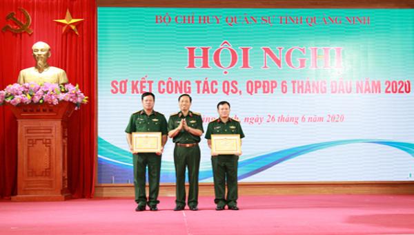 Trao Bằng khen của Bộ trưởng Bộ Quốc phòng cho tập thể, cá nhân đã có thành tích xuất sắc trong thực hiện nhiệm vụ tham gia phòng, chống dịch Covid-19.