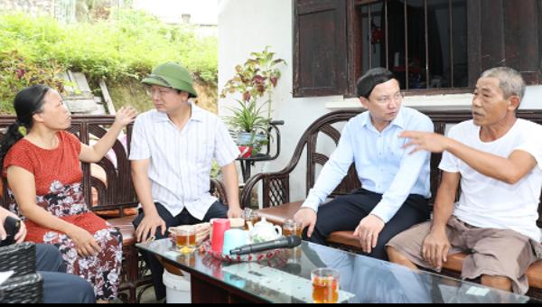 Bí thư Quảng Ninh (áo xanh) trực tiếp gặp gỡ, chia sẻ với người dân nằm trong diện phải GPMB phục vụ thi công các dự án.