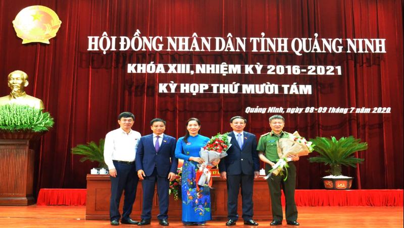 Đồng chí Nguyễn Thị Hạnh (áo xanh) đã trúng cử chức danh Phó Chủ tịch UBND tỉnh khóa XIII, nhiệm kỳ 2016-2021.