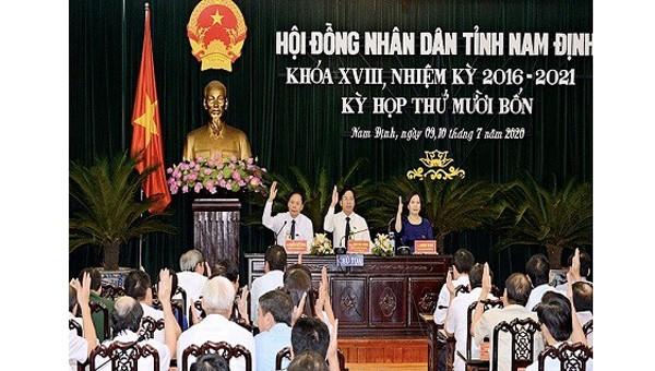 Các đại biểu HĐND tỉnh Nam Định biểu quyết thông qua 8 Nghị quyết
