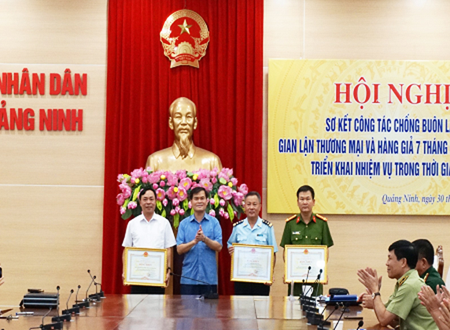 Phó Chủ tịch UBND tỉnh Quảng Ninh Bùi Văn Khắng trao bằng khen của Ban Chỉ đạo 389 quốc gia cho tập thể có thành tích xuất sắc trong chống buôn lậu, gian lận thương mại.