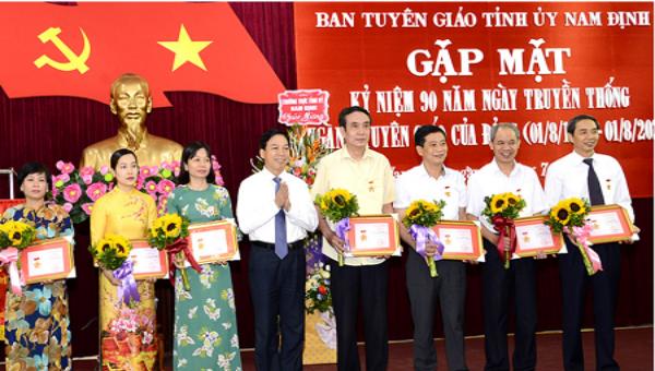 """Phó Bí thư Thường trực Tỉnh ủy Trần Văn Chung  trao tặng Kỷ niệm chương """"Vì sự nghiệp Tuyên giáo"""" cho lãnh đạo các ban, ngành của tỉnh."""