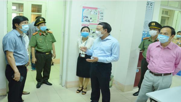 Bí thư tỉnh Quảng Ninh Nguyễn Xuân Ký kiểm tra công tác chuẩn bị kỳ thi tại điểm thi Trường THPT Chuyên Hạ Long.
