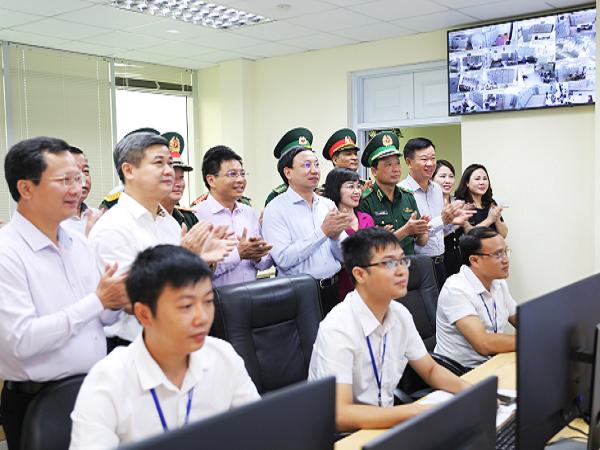Bí thư Tỉnh ủy Quảng Ninh Nguyễn Xuân Ký phát lệnh đóng điện ra đảo Trần.