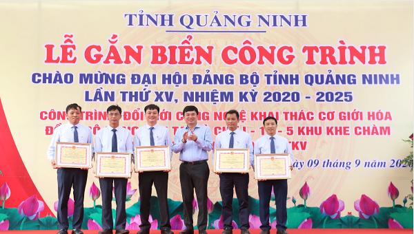 Gắn biển chào mừng Đại hội Đảng bộ tỉnh Quảng Ninh cho công trình đổi mới công nghệ khai thác than
