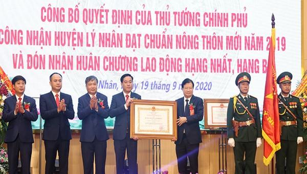 Phó Thủ tướng Trịnh Đình Dũng thừa ủy quyền của Chủ tịch nước trao Huân chương Lao động hạng Nhất cho huyện Lý Nhân.