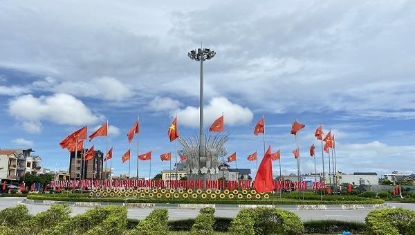 Thành phố Móng Cái rực rỡ cờ hoa chào mừng Đảng bộ tỉnh Quảng Ninh lần thứ XV, nhiệm kỳ 2020-2025.