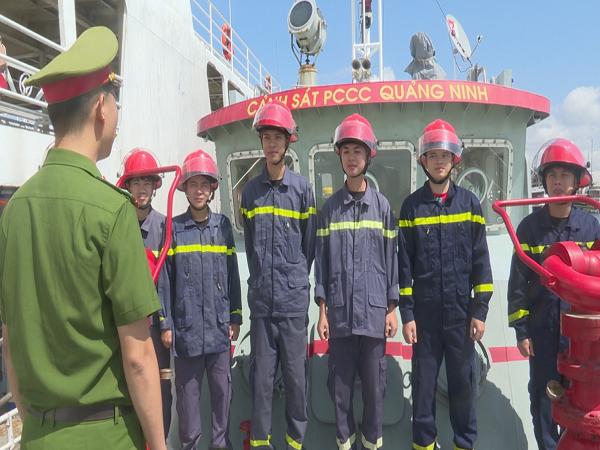 Đội PCCC và CNCH trên sông, biển triển khai phương án diễn tập PCCC phương tiện trên vịnh Hạ Long.