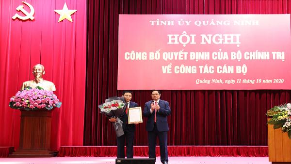 Trưởng Ban Tổ chức Trung ương, trao Quyết định của Bộ Chính trị cho đồng chí Nguyễn Văn Thắng.