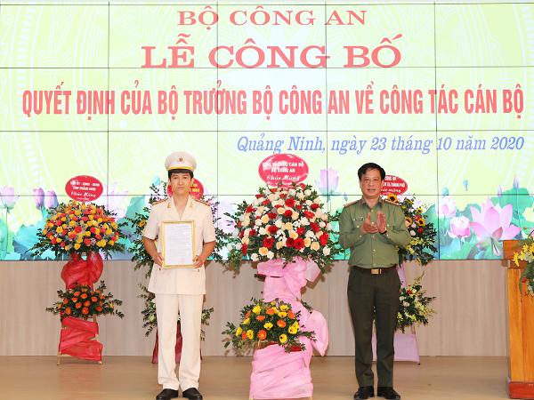 Thượng tá Trần Xuân Ánh, Phó Cục Trưởng Cục Tổ chức cán bộ - Bộ Công an trao quyết định điều động và bổ nhiệm Trung tá Mai Thế Quang giữ chức vụ Phó Giám đốc Công an tỉnh Quảng Ninh.