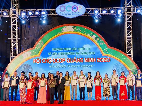 Lãnh đạo tỉnh Quảng Ninh trao giấy chứng nhận cho các sản phẩm OCOP đạt 3 sao, 4 sao.
