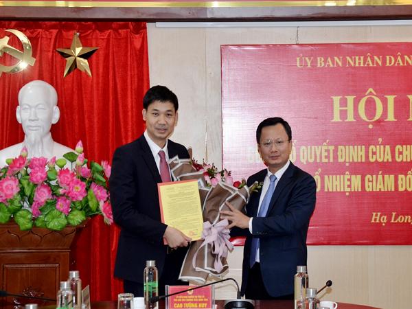 Phó Chủ tịch Thường trực UBND tỉnh Quảng Ninh trao quyết định bổ nhiệm cho tân Giám đốc Sở NN&PTNT Nguyễn Văn Công (bên trái).